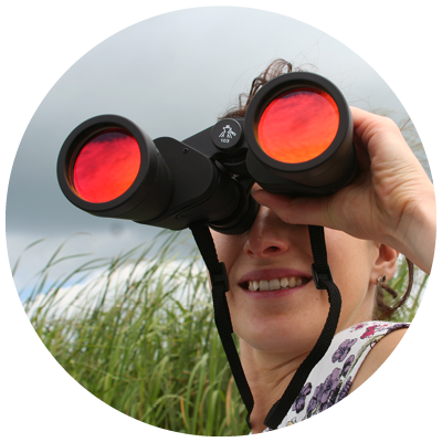 vrouw kijkt door een verrekijker leiderschap in plaats van managen De Werkloods